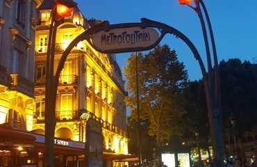 La entrada original de Art Nouveau de Héctor Guimard del metro de París en la estación de Abbesses