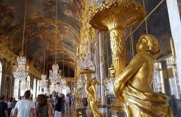 La Galería de los Espejos & estatua
